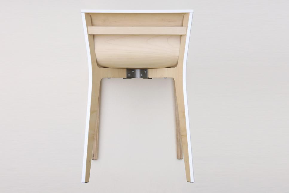 Vue arrière chaise minimaliste en bois laqué à la fois simple et sophistiquée
