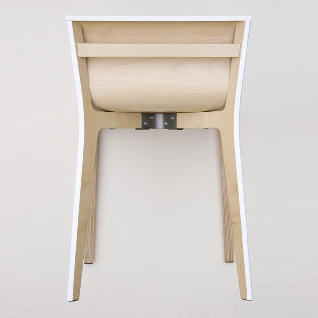 chaise au design minimaliste en bois laqué à la fois simple et sophistiquée