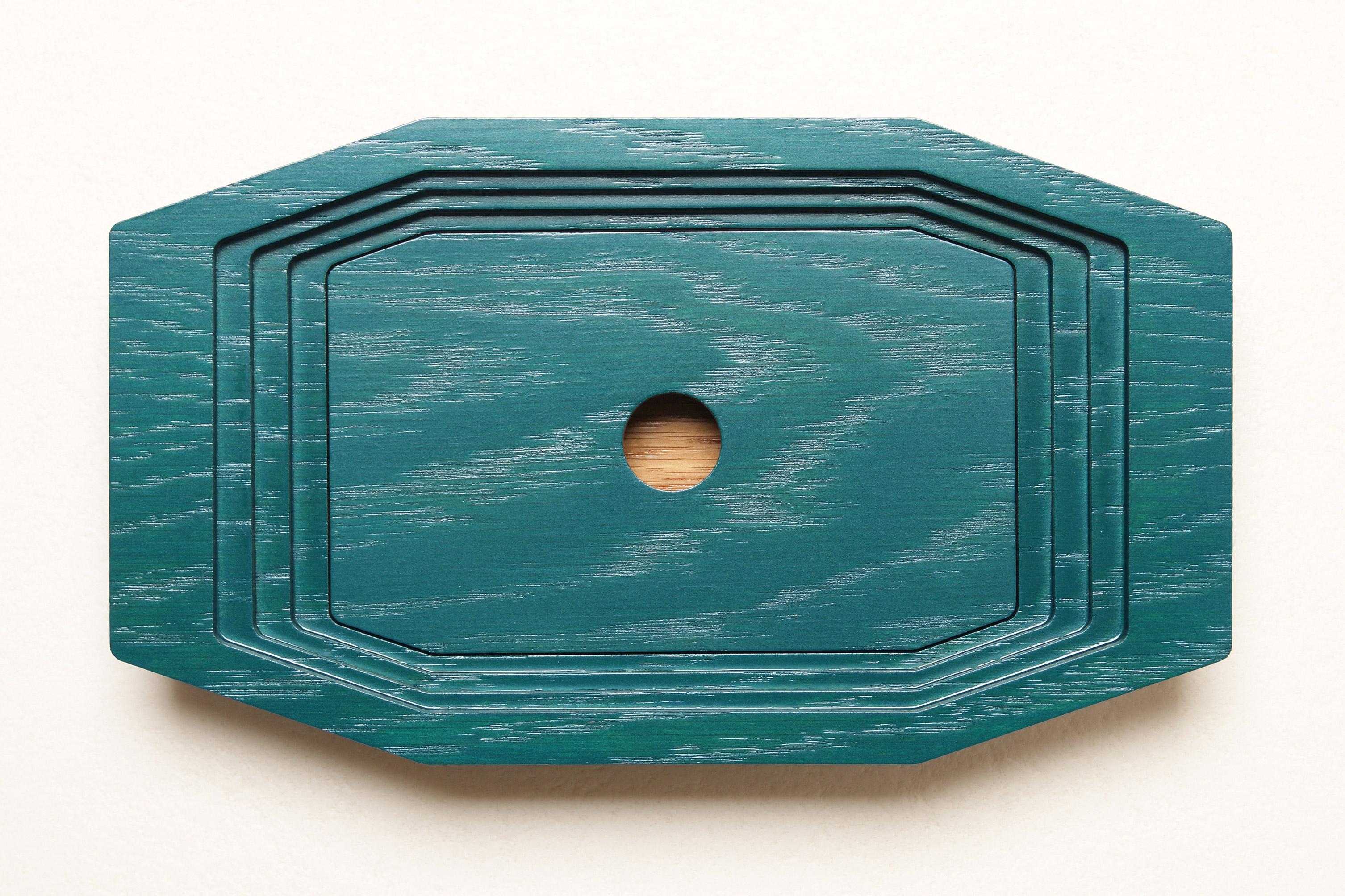 Boîte en Chêne bicolore, façonnée par strates successives avec son couvercle intermédiaire.