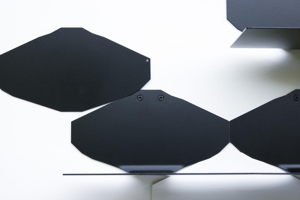 étagère murale design graphique minimaliste en métal acier laqué noir blanc gris