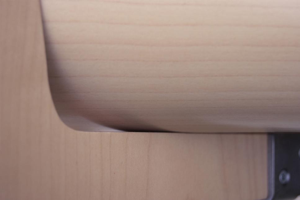 Détail chaise design minimaliste en bois laqué à la fois simple et sophistiquée