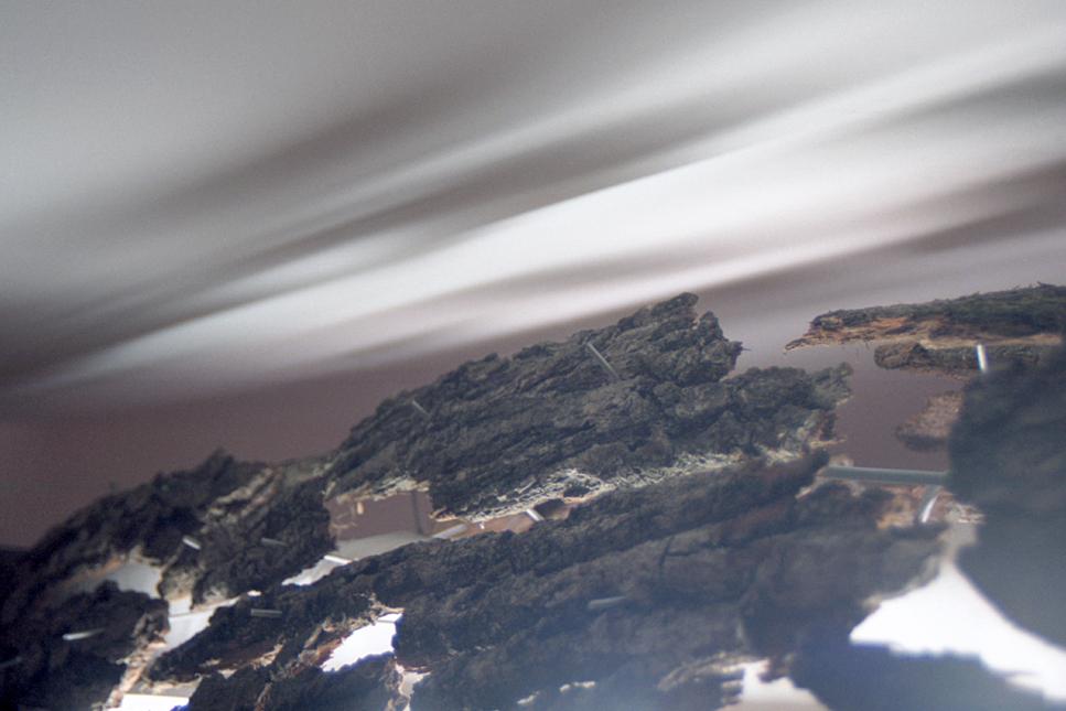 Installation lumineuse éphémère d'une poutre en implosion détail écorce