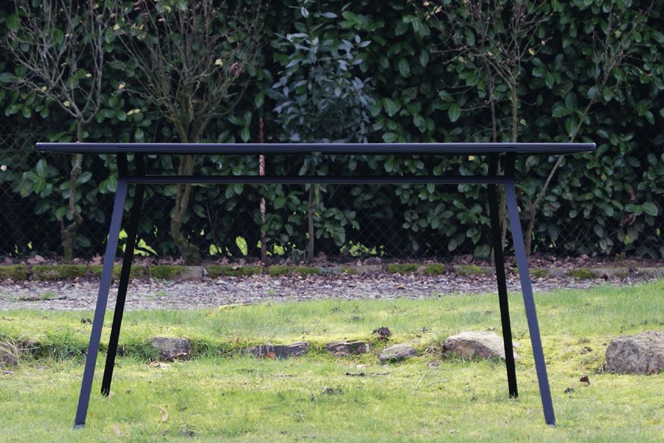 Table design extérieur indoor outdoor minimaliste en métal coloris noir satin