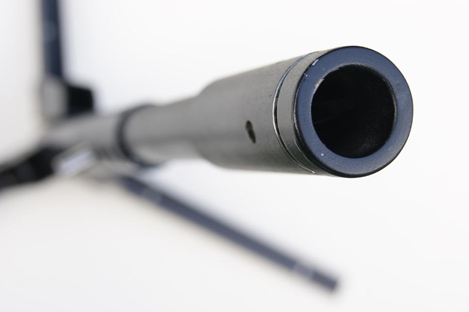 Détail sur le canon du chandelier reprenant l'esthétique d'une arme de précision