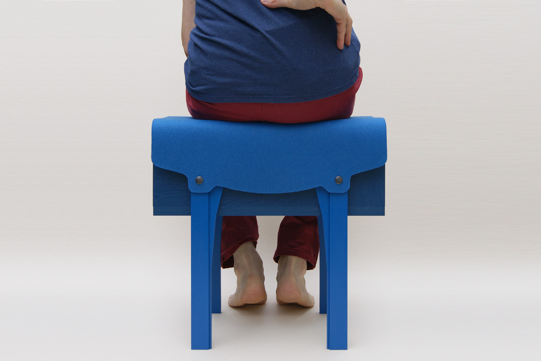 petit mobilier d'appoint en bois bleu recouvert d'un feutre de laine véritable